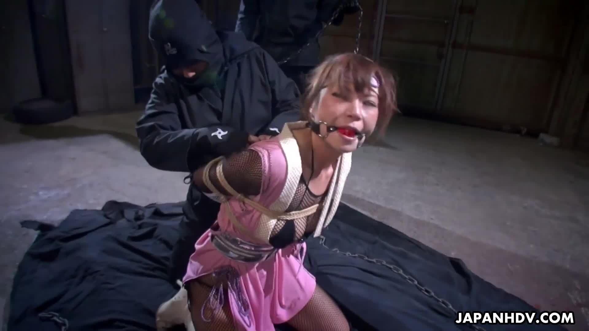 JAP Ninja Babe Sumire Matsu wird auf BDSM-Art bestraft