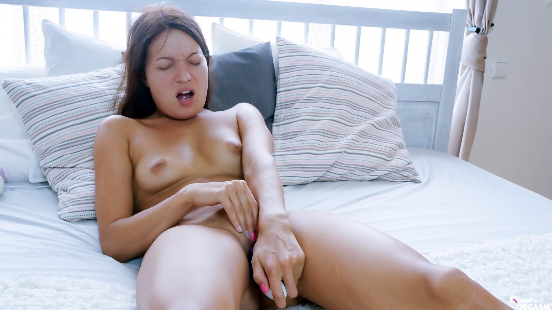 Atemberaubende Brünette Masturbiert Mit Ihrem Dildo
