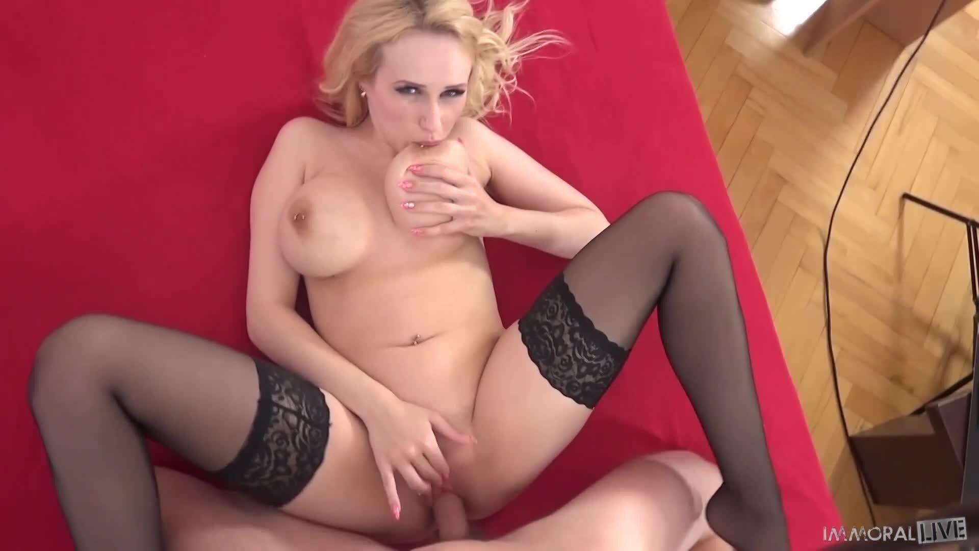 Die kurvenreiche blonde Sexbombe Angel Wicky wird geschlagen und besahnt