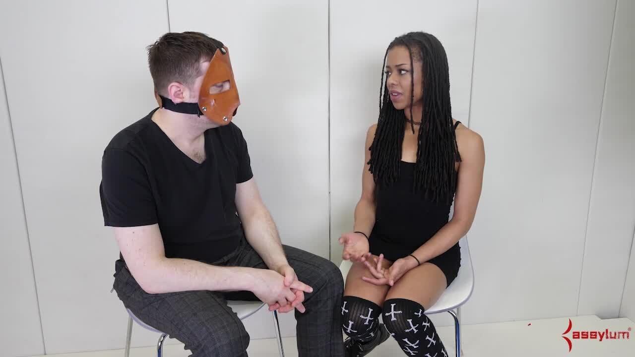 Ebony Babe Kira Noir wird von einer Fickmaschine mit beiden Löchern gespielt