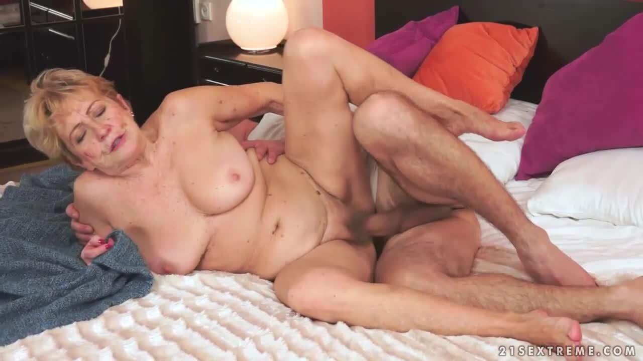 Abuela Y Joven Porno abuela rubia de co�o peludo follada por una verga joven y vigorosa