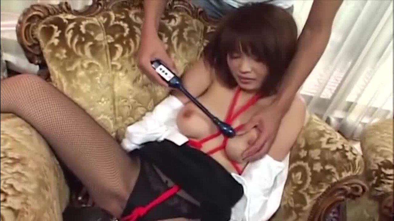 Heiße japanische Sklavin Yukina Mori wird gefesselt und von einer Gang gefickt