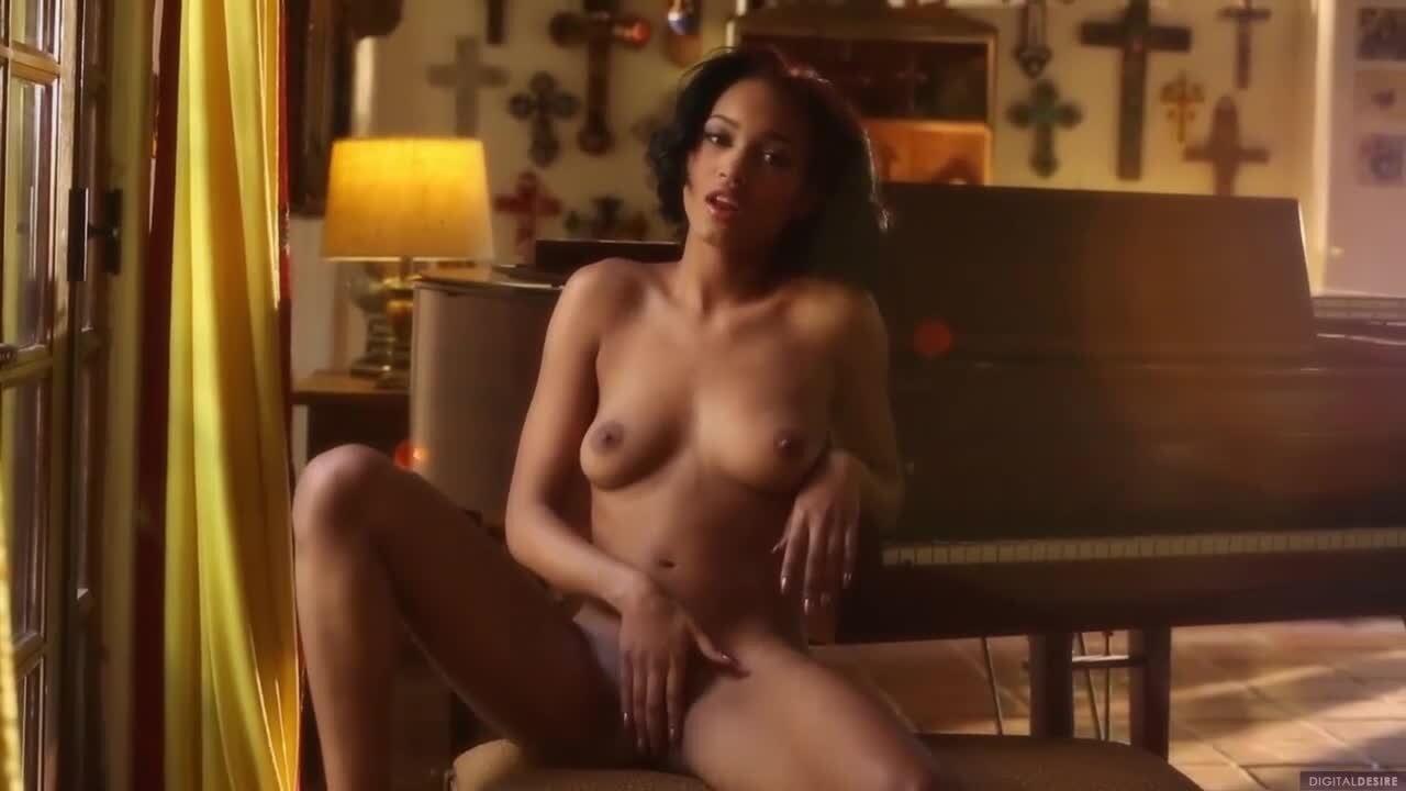 Sexy Latina Strippt Und Fingert Sich