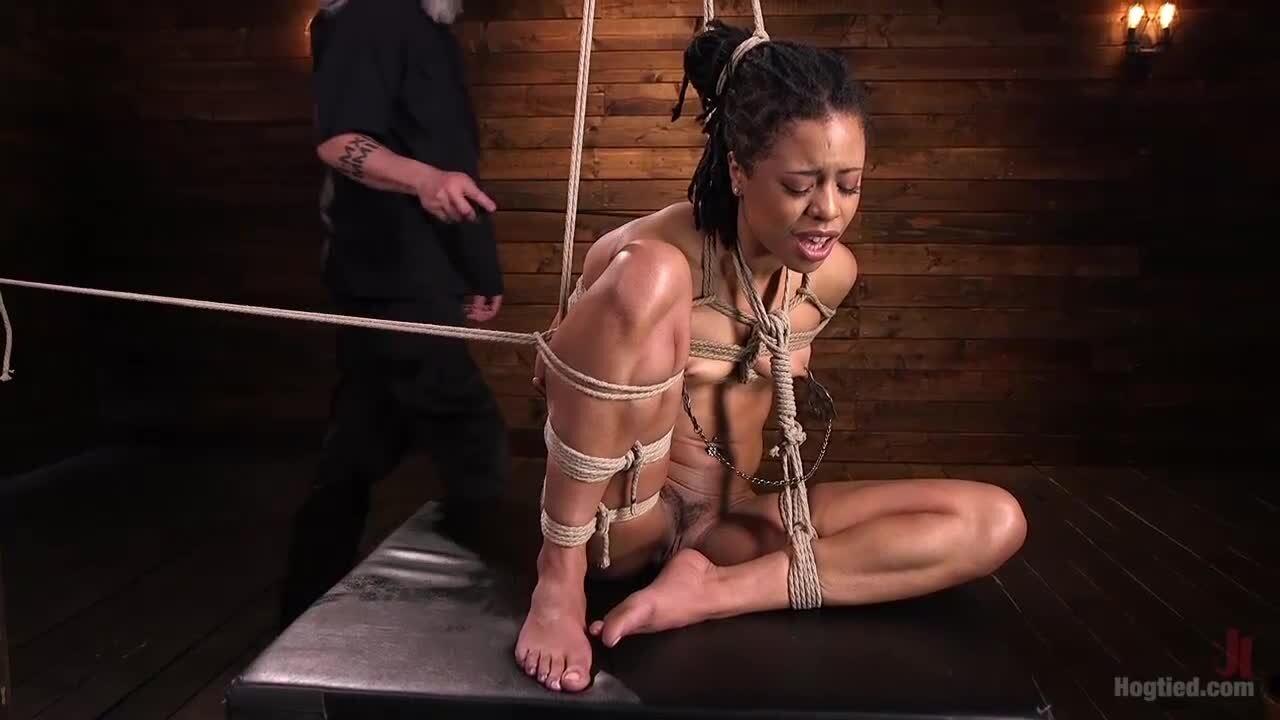 Gefesselte und aufgehängte Ebenholz-Sub Kira Noir wird von weißem Meister behandelt