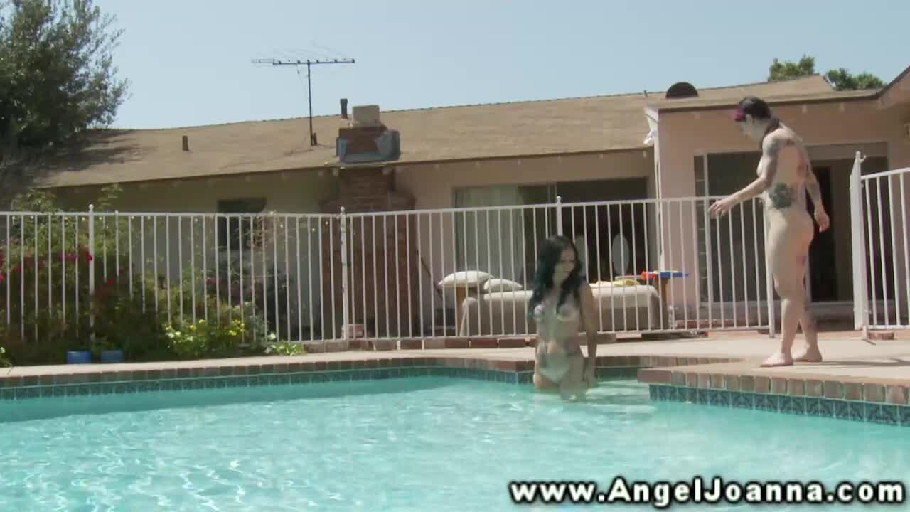 Evil Angel Zwei Mädels ziehen sich am Pool nackt aus - PornDoe