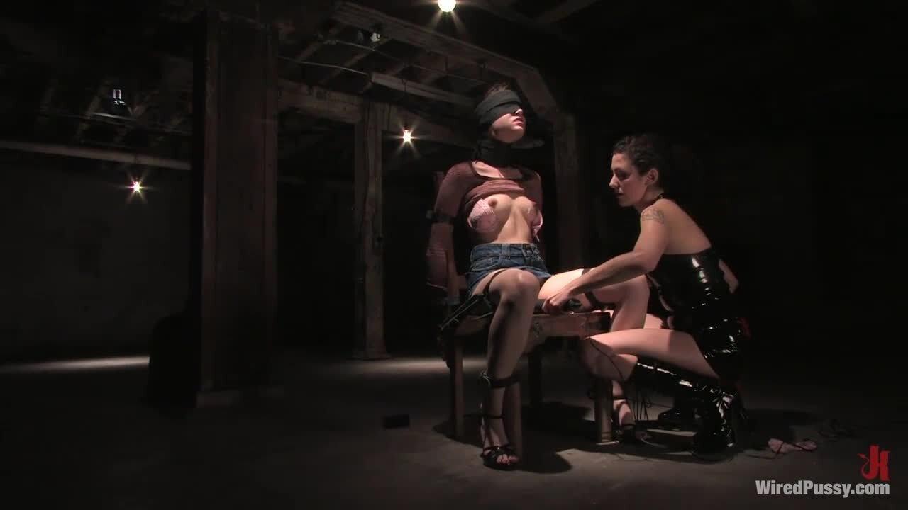 Sasha Grey wird mit ihrer lesbischen Freundin im BDSM-Stil flachgelegt