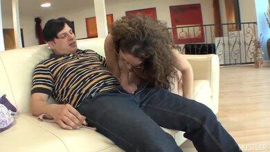 Geile Latina-Milf Reitet Schwanz Auf Couch