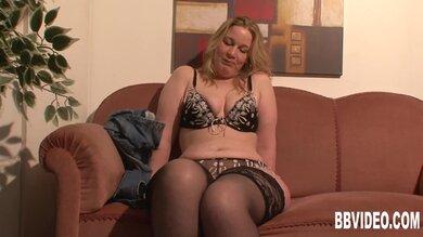 Blondine Masturbiert Auf Sofa